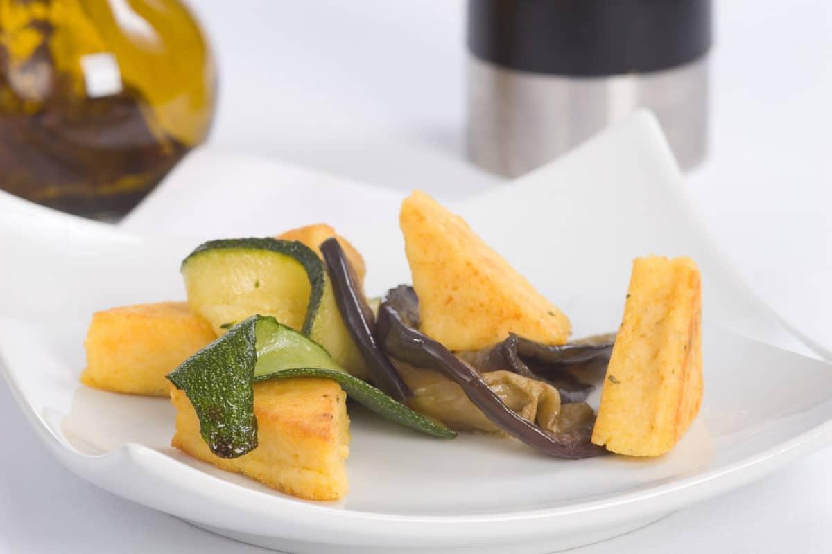 Galette de polenta et ses petits légumes aux saucisses des saveurs